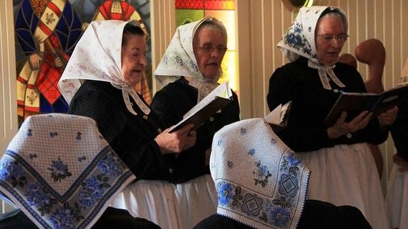 """Der Rohner Frauenchor - die """"Rohner-Stimmen"""" proben für ihren Auftritt beim Ostereiermarkt – natürlich alle in Tracht, wie früher beim Feldsingen."""