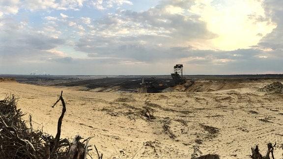 Ursprünglich sollte der Tagebau Nochten, der das Kraftwerk Boxberg mit Braunkohle versorgt, so sehr ausgeweitet werden, dass auch Rohne den Schaufeln zum Opfer gefallen wäre.