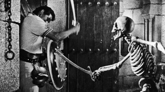 Ein Mann kämpft gegen ein Skelett.