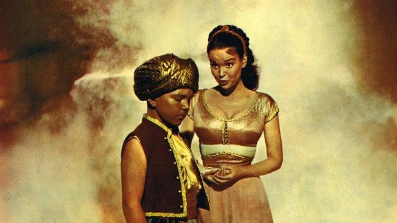 Die auf Daumengröße verzauberte Prinzessin Parisa (Kathryn Grant) besucht Barani, den Geist in der Wunderlampe (Richard Eyer) und bittet ihn um Hilfe.
