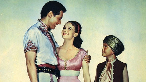Am Ende der Reise glücklich vereint: Sindbad (Kerwin Mathews, l.), Prinzessin Parisa (Kathryn Grant) und der befreite Geist aus der Wunderlampe Barani (Richard Eyer).