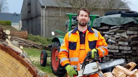 Protagonist Andreas Kärmer (33) bei Baumfäll- und Sägearbeiten auf dem elterlichen Hof