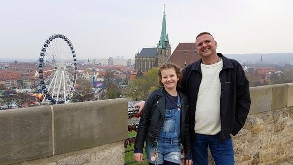 Tochter Xenia (10) mit Christian Hopf in Erfurt auf dem Petersberg, Blick auf den Dom Erfurt