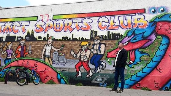Christian Hopf wartet auf Xenia vor dem Sport Club, wo Xenia zweimal wöchentlich zum Kickbox-Training geht
