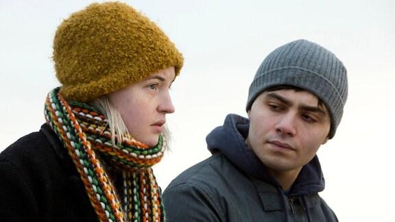 Tina Baumann (Sarah Mahita) spricht mit Samet Eroglu (Aram Arami) auf dem Dach des Krankenhauses.