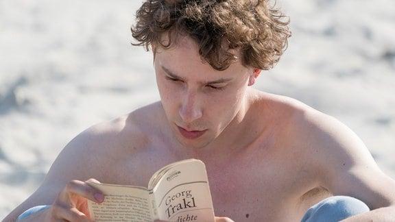 Ed (Jonathan Berlin) liest am Strand