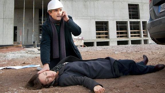 Roman (Harald Schrott) kommt der zusammengebrochenen Kathrin (Anneke Kim Sarnau) zur Hilfe.