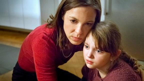 Kathrin (Anneke Kim Sarnau) tröstet Merle (Greta Bohacek).