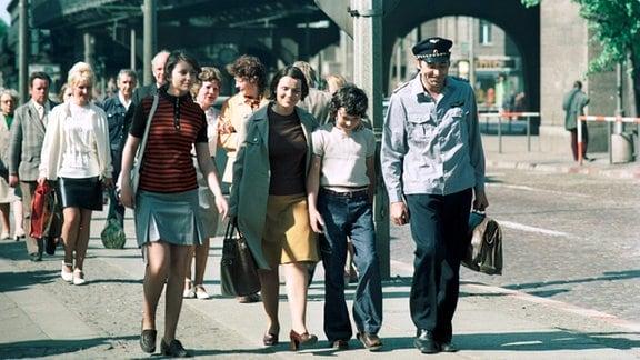Marijam Agischewa (Ilona), Wallfriede Schmitt (Frau Wille), Stefan Naujokat (Ekkehard), Dietmar Richter-Reinick (Herr Lohner) (1.Reihe, v.l.n.r.)