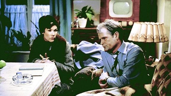 Als Karl Erps (Dieter Mann, rechts) Vater stirbt, nähern sich Karl und seine Ehefrau Elisabeth (Jutta Wachowiak, links) wieder an.