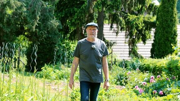 Matthias allein im Garten