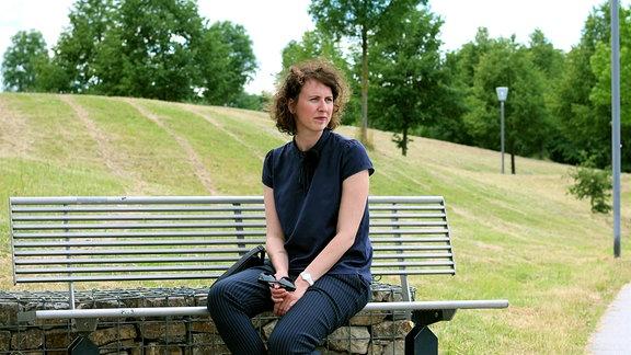 Julia im Park vor der Klinik, in der sie und ihr Mann viel Zeit verbrachten.