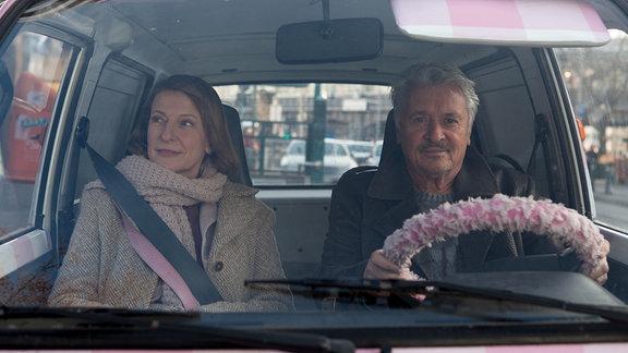 Emma Beeskow (Dagmar Manzel) traut sich endlich alleine – sehr zur Freude von August von Zinnerberg (Henry Hübchen).