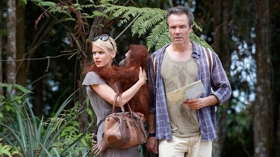 lex (Hannes Jaenicke) und Julia (Mirjam Weichselbraun) mit einem  Orang-Utan-Baby.