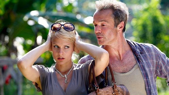 Alex (Hannes Jaenicke und Julia (Mirjam Weichselbraun).