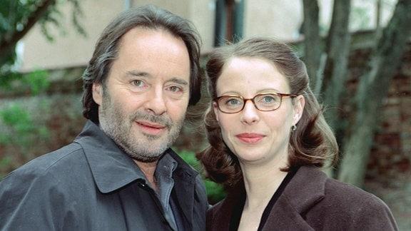 Commissario Brunetti (Uwe Kockisch) und seine Frau Paola (Julia Jäger) blicken i n die Kamera.
