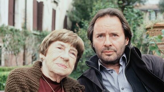Commissario Brunetti (Uwe Kockisch) und seine Mutter (Christel Peters) blicken in  die Kamera.