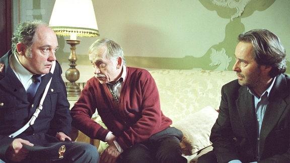 Commissario Brunetti (Uwe Kockisch, re.) und Sergente Vianello (Karl Fischer, li.) sprechen mit Signor da Prè (Tilo Prückner).