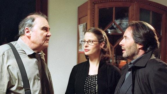 Der Schweizer Polizist Urs Brauchli (Lambert Hamel) ist im Gespräch mit Commissario Brunetti (Uwe Kockisch) und seiner Frau Paola (Julia Jäger).