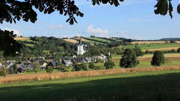 Das erzgebirgische Mildenau - eines unserer größeren Dörfer. Auf fast vier Kilometer Länge dehnt es sich im Tal des Salzbachs - Fichtelberg und Scheibenberg in Sichtweite, den Pöhlberg an seiner Flanke.
