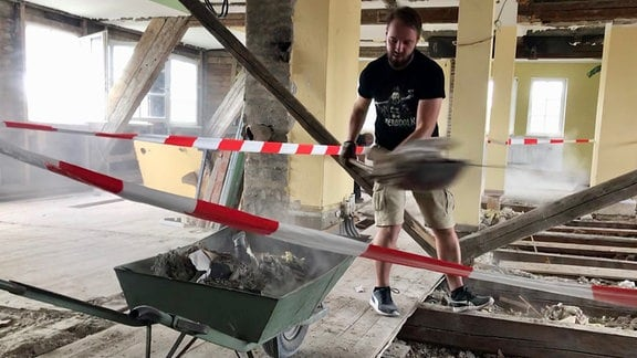 Nicht nur die Vereinsmitglieder und Freunde helfen beim Sanieren des altehrwürdigen Gebäudes. Auch unmittelbare Nachbarn, die sich darüber freuen, dass das angrenzende Haus nicht zur Ruine zerfällt und dass sich Einheimische um die Sanierung kümmern.