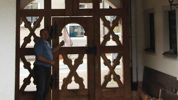 """Sebastian Schreiter wohnt im ehemaligen Huthaus des Stollens """"Sankt Petrus Fundgrube"""". Hier wurden früher Werkzeuge gelagert, hier beteten die Bergleute. Auch eine kleine Glocke hing vermutlich hier. Sebastian wieder eine Glocke installiert. Die erklingt nach alter Bergmannstradition zum Quartalsläuten."""