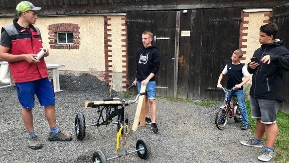 Viele haben für das Premieren-Rennen eine Seifenkiste gebaut. Meist zu zweit, weil sie als Duo auch starten wollen.