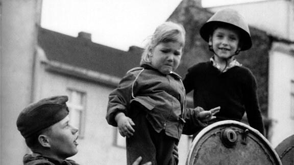 Kinder und ein Soldat