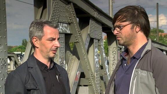 Frank Ebert (links) und Riccardo Barkawitz (rechts) auf der Bornholmer Brücke in Berlin