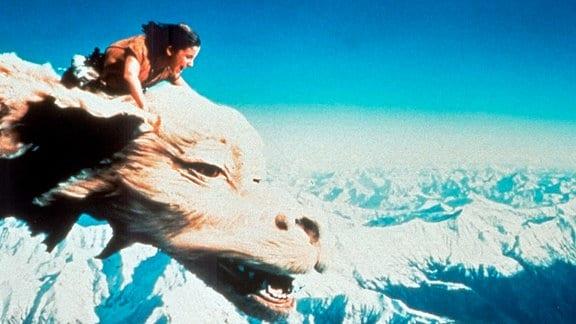 Der Krieger Atreju (Noah Hathaway) reist auf dem Rücken des Glücksdrachen durch Fantasien.