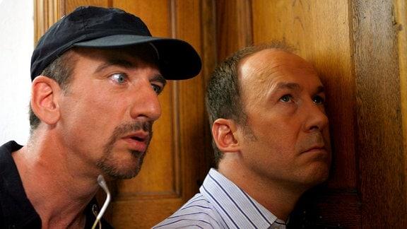 Die Ärzte Arnie (Ulrich Noethen, re.) und Gregor (Heio von Stetten) horchen, ob der unliebsame Nachbar zu Hause ist.