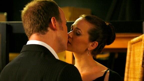Schlussendlich kommen Arnie (Ulrich Noethen) und Mathilda (Melika Foroutan) sich näher.