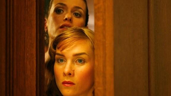 Mathilda (Melika Foroutan, hinten) und Jule (Kathrin von Steinburg) riskieren einen heimlichen Blick in den Konzertsaal.