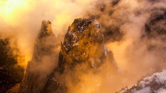 Nebelschwaden beim Sonnenaufgang in den Südtiroler Bergen.