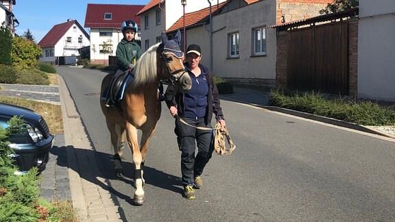 Emil liebt es durchs Dorf zu reiten. Wenn er nicht gerade auf einem Turnier ist, ist er auch manchmal ganz früh am Wochenende unterwegs.