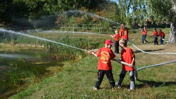 Die Kinder- und Jugendfeuerwehr probt den Löschangriff nass. 16 Kinder sind mittlerweile dabei. Das sah noch im Vorjahr ganz anders aus. Bei einem Tag der offenen Feuerwehrtür konnten die Kameraden der Freiwilligen Feuerwehr Flarchheim viele Kinder begeistern.