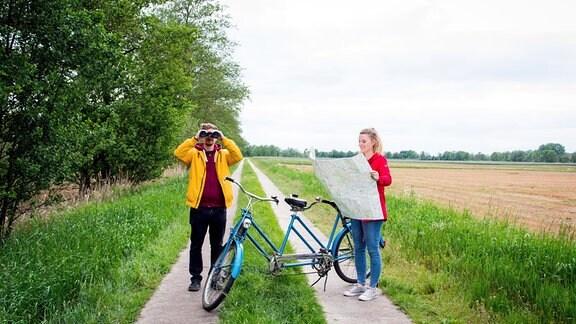 Elisa und Elias mit Tandem auf dem früheren Grenzstreifen