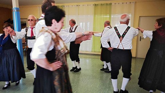 Trachtenträger beim Tanz.
