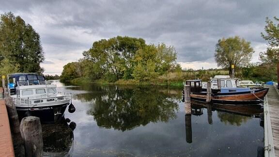Im Garzer Hafen können bis zu 10 Boote locker anlegen. Hier gibt es alles, was Freizeitkapitäne brauchen: Strom, Wasser, Toiletten und eine Kneipe. Der Bootstourismus nimmt zu, seitdem die Havel mit 15-PS-Motoren befahren werden darf. Im Sommer legen Yachten und vor allem Hausboote an.