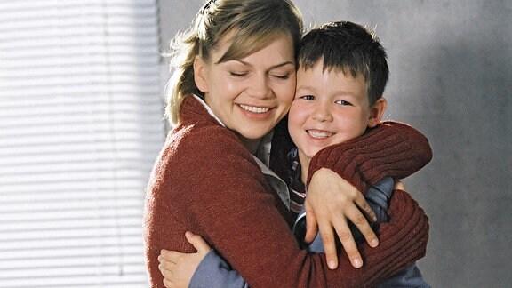 Endlich sehen sich Leni (Anna Loos) und Dominik (Leo Natalis) wieder.
