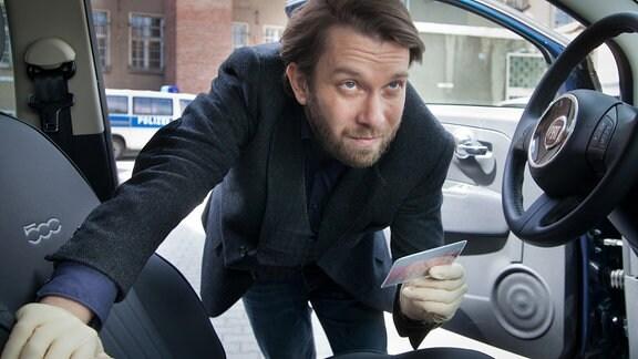 Lessing (Christian Ulmen)  hat einen Ausweis in einem Kratwagen gefunden.