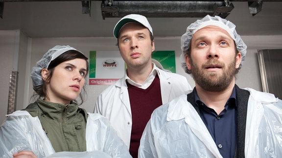 Kira Dorn (Nora Tschirner), Sigmar Hoppe (Stephan Grossmann) und Lessing (Christian Ulmen) in Hygienekleidung.