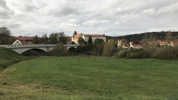 Zu DDR-Zeiten war Großburschla Grenzort. Der bohrende Finger des Ostens im Fleische des Westens. Die Brücke über die Werra gilt seit 1989 als Symbol der Freiheit. Denn früher war hier die Welt zu Ende. Teilte die Brücke nicht nur zwei Länder, sondern zerriss auch viele Familien.