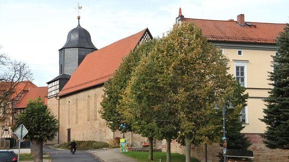 Direkt an der Werrabrücke steht Großburschlas Dorfkirche: wuchtig, romanisch. Lange hatten Emporen und Umbauten im Inneren den Blick auf ihre Ursprünglichkeit verhindert. Deshalb wurde in den 1960ern rekonstruiert - die Emporen abgebaut und die romanischen und frühgotischen Elemente freigelegt. In der Kirche wird am 9. November das Jubiläum der Grenzöffnung mit einem Festgottesdienst gefeiert.