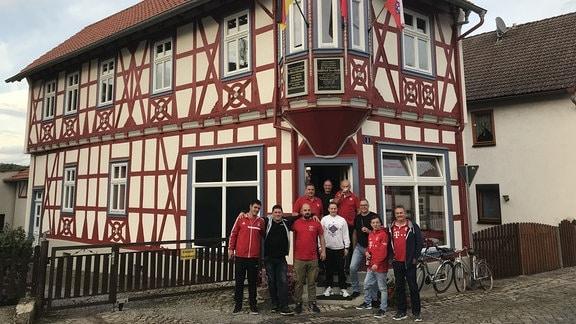 Ein ehemaliges Geschäftshaus haben die Großburschlaner Fans des FC Bayern München zu ihrer Kultstätte umgestaltet. In Abstimmung mit dem Denkmalschutz erstrahlt das Fachwerk in neuem Glanz und in den Vereinsfarben. Wenn sie nicht im Stadion sind, schauen sie zu Hause in ihrem Bayern-Stübchen die Spiele ihrer Lieblingsmannschaft. Seit 1993 treffen sie sich in ihrer Runde.