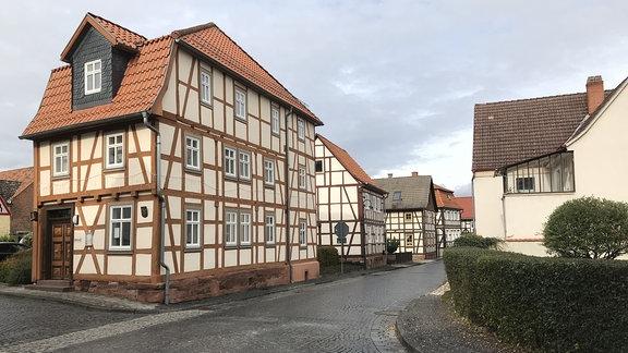 Das kulturelle Erbe der Fachwerkhäuser ist auch eine Last für die kleine Gemeinde. Fördergelder für die Sanierung sind nur mit viel Mühe zu bekommen. Und alle Vorgaben des Denkmalschutzes zu erfüllen, kostet nicht nur Geld sondern verlangt viel Geduld.
