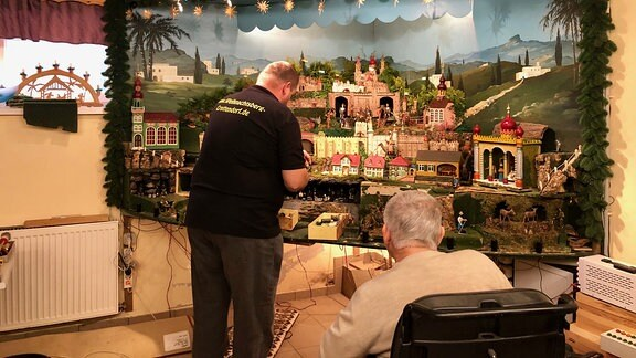 Ein Mann arbeitet an einem dreidimensionalen Landschaftsbild.