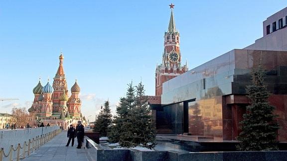 Der Rote Platz in Moskau mit Blick auf die Basilius-Kathedrale (links), den Erlöser-Turm und das Lenin-Mausoleum (rechts im Vordergrund)