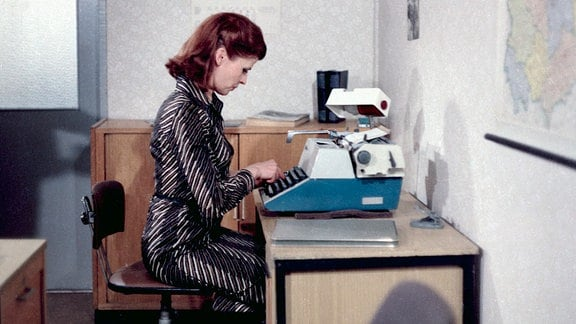 Leutnant Vera Arndt an einer  Büroschreibmaschine sitzend.