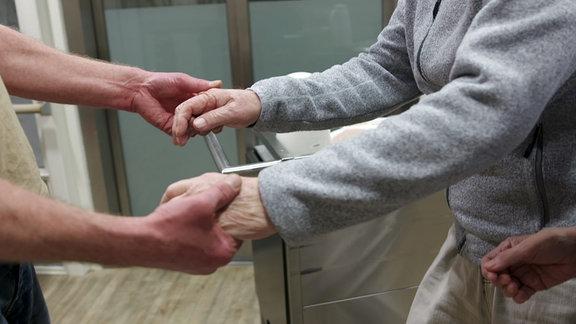 Berührung ist ein Schlüssel im Umgang mit Demenzkranken.